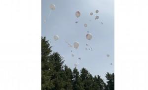 Участники церемонии запускают в воздух воздушные шары с журавликом в ходе акции «Журавлик «Надежда»