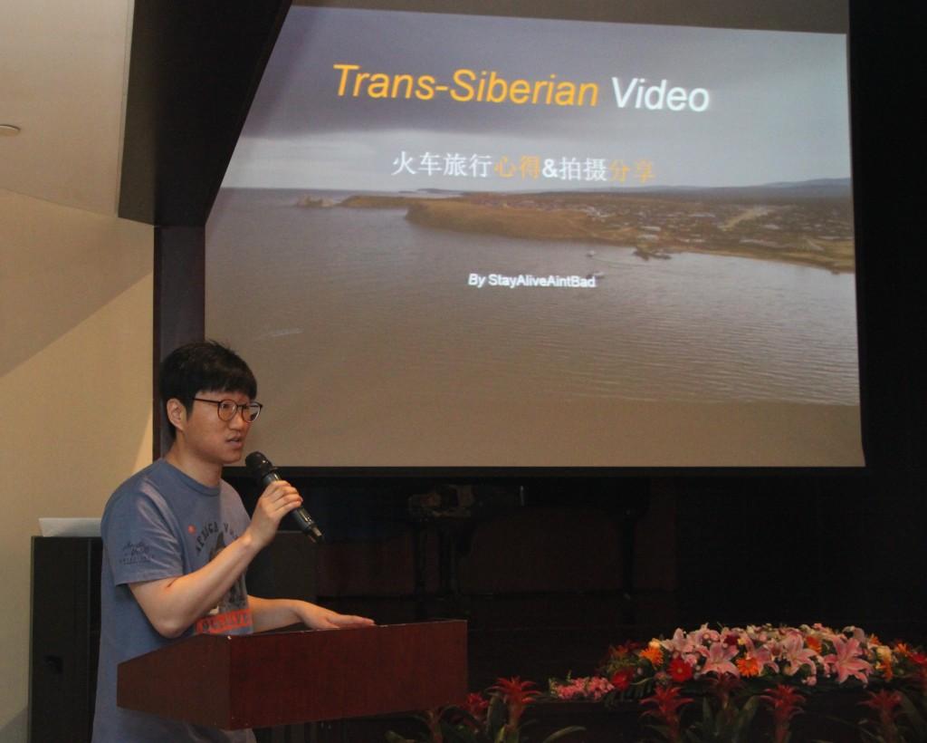 Шэнь Юйган представляет зрителям видеоролик, посвященный путешествиям по российским железным дорогам