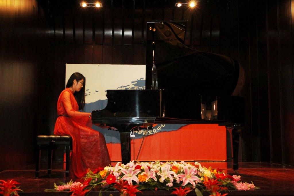Шэнь Баохуэй исполняет на рояле мелодию «Подмосковные вечера»