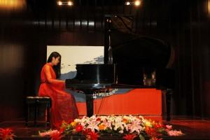 盛宝慧钢琴演奏《莫斯科郊外的晚上》 Шэнь Баохуэй исполняет на рояле мелодию «Подмосковные вечера»
