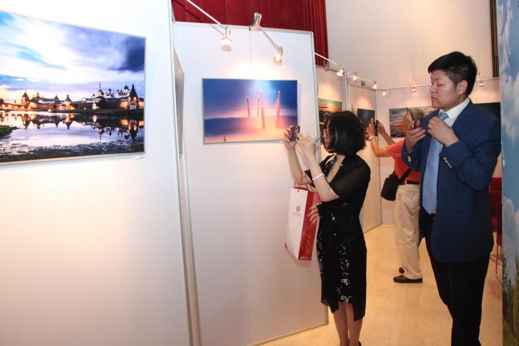 """Посетители осматривают фотовыставку """"Руссская цивилизация"""""""