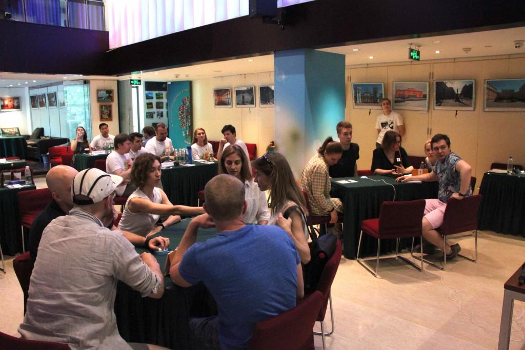 Участники игр во время обсуждения ответов на вопросы
