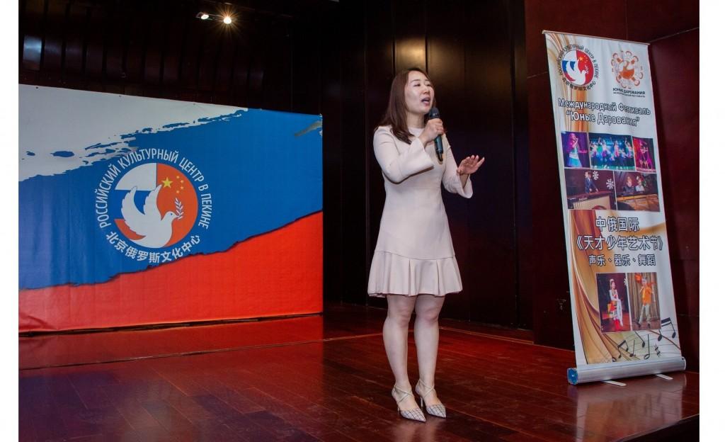 北京雨花儿童艺术学校教师Jia Chenmin表演 Выступление преподавателя пекинской детской художественной школы «Ю-хуа» Цзя Чэньмин