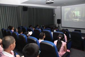 В кинозале перед просмотром мультфильма