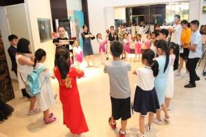 小朋友们学跳俄罗斯民族舞 Дети учатся танцевать русские народные танцы