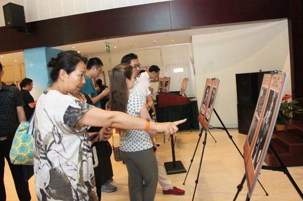 观众参观展览 Посетители знакомятся с выставкой