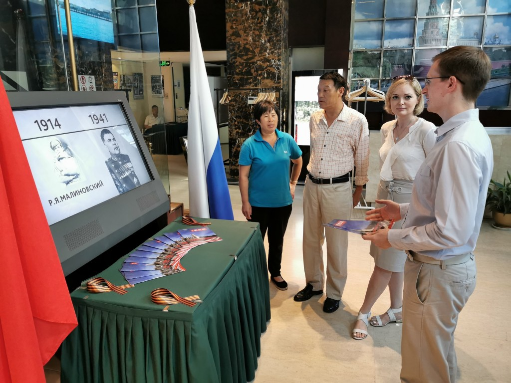 Посетители осматривают электронную выставку