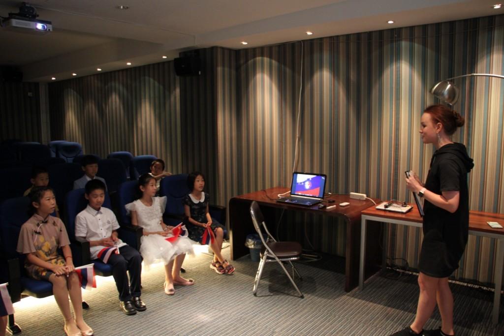 Сотрудники РКЦ демонстрируют презентацию о России и рассказывают о работе центра