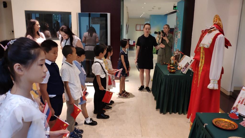 Осмотр выставки экспонатов русских народных промыслов и национальных костюмов
