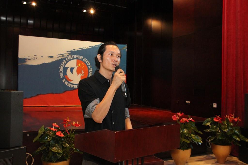 中国画家柯建东发言 Выступление китайского живописца Кэ Цзяньдуна