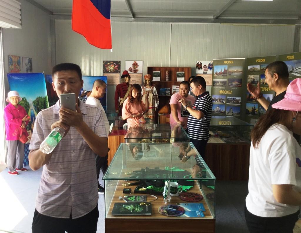 Посетители российской экспозиции в Доме дружбы