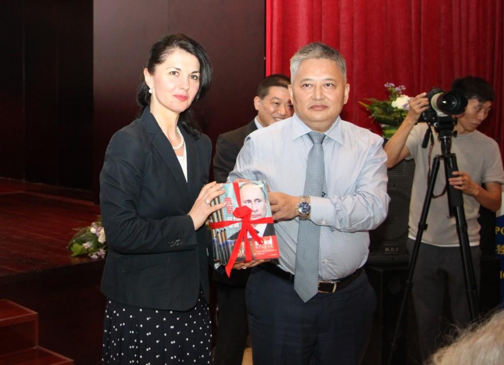 Генеральный директор издательства «Феникс» Шэ Цзяньтао преподносит книги руководителю представительства Россотрудничества в КНР О.А. Мельниковой