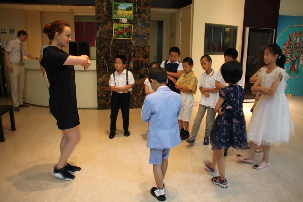 Дети учатся русскому народному танцу