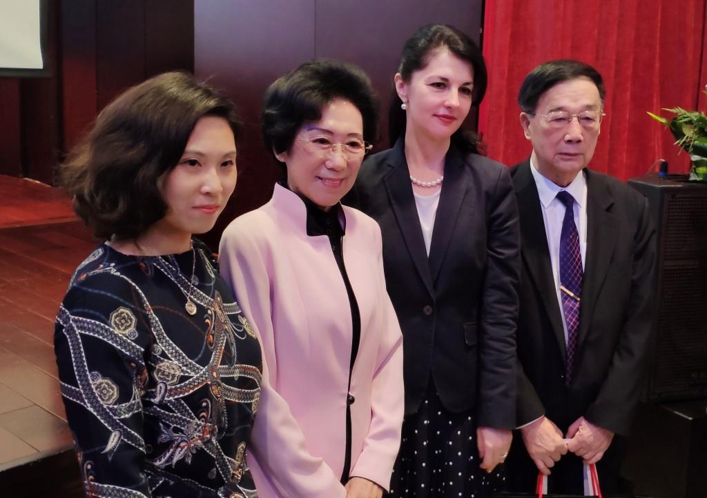 Ли Дундун дарит О.А.Мельниковой альбом воспоминаний «Дружба, длящаяся более 60 лет»