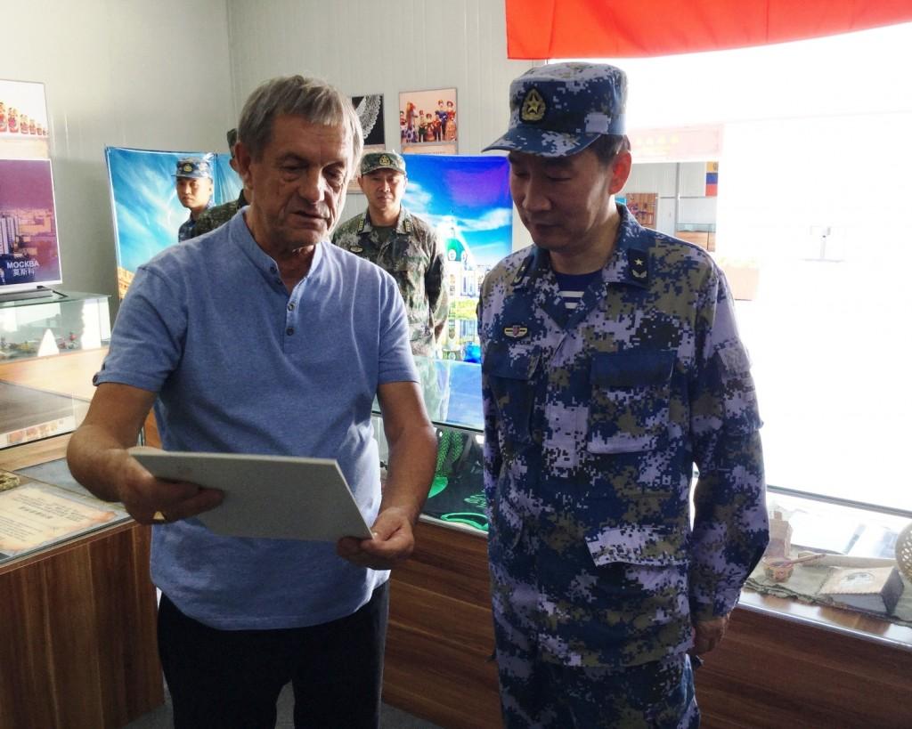Заместитель директора ЦВМС В.В.Лукин проводит экскурсию для контр-адмирала Ли Ханьцзюня