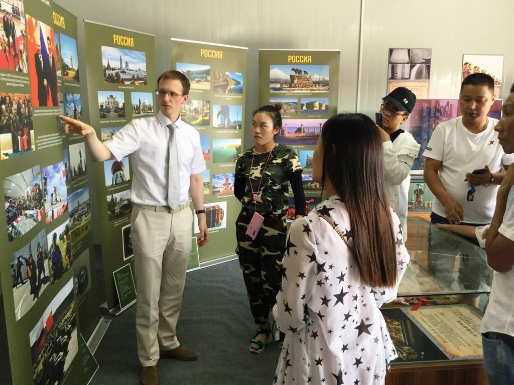Сотрудник Российского культурного центра в Пекине В.В.Щепинин проводит экскурсию для китайских посетителей
