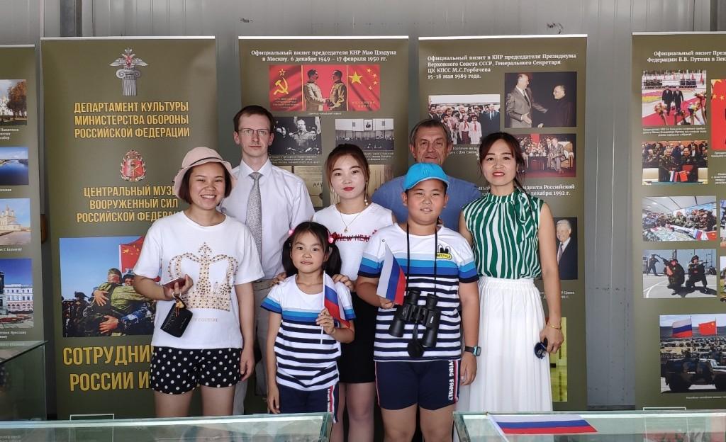 与俄罗斯展馆少儿观众及其家长的合影 Общее фото с самыми юными гостями российской экспозиции и их родителями