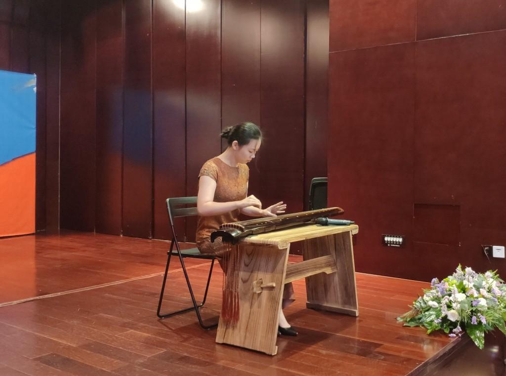 古琴表演《流水》,吴雪盟 У Сюэмэн исполняет композицию «Поток воды» на китайском традиционном щипковом инструменте гуцинь