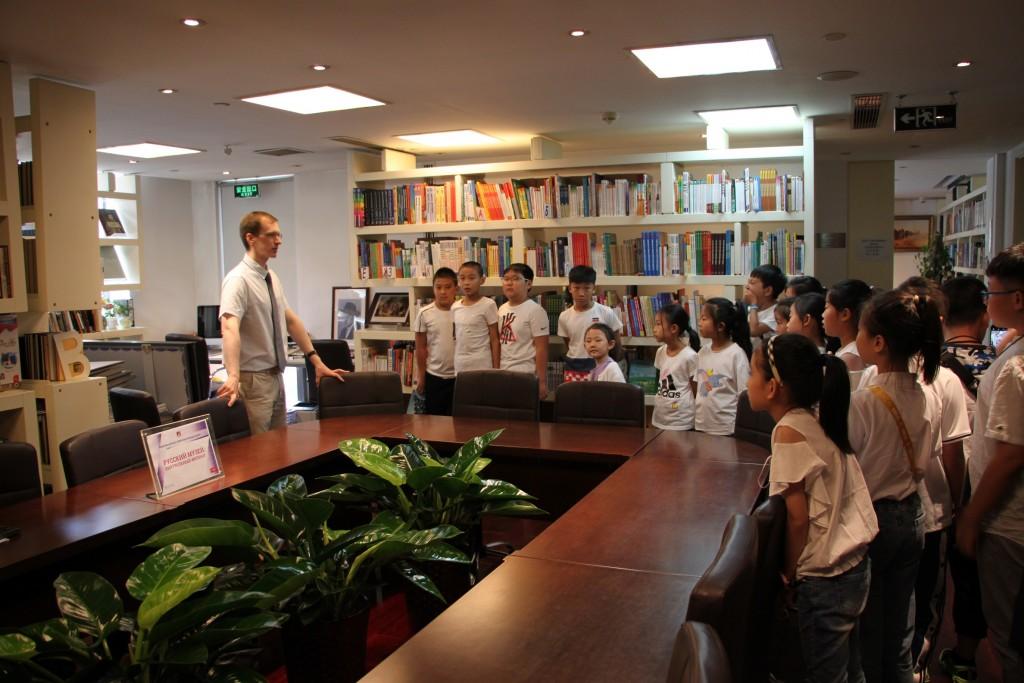 参观中心图书馆Посещение библиотеки РКЦ