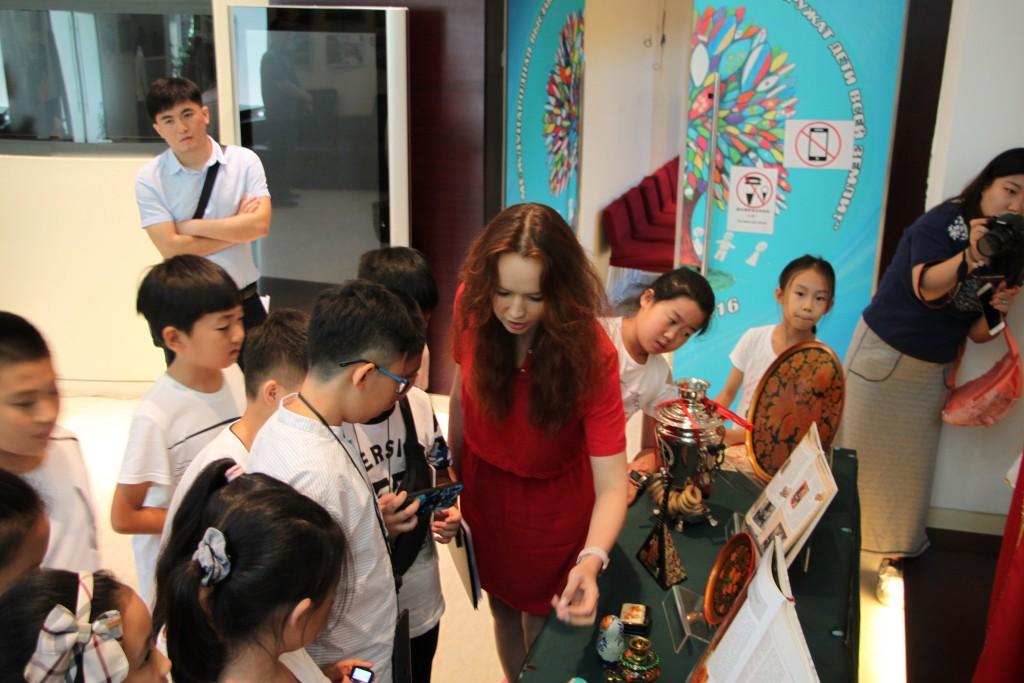 中国学生观赏俄罗斯民间手工艺品展 Китайские учащиеся осматривают выставку русских народных промыслов