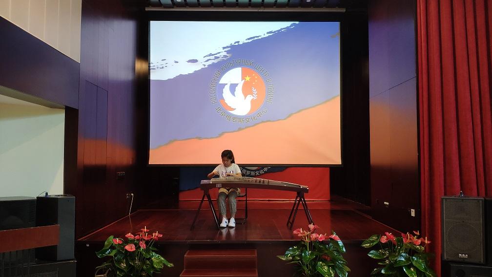 中国学生表演的传统乐器古筝 Музыкальный номер на традиционном щипковом инструменте гучжэн в исполнении китайской школьницы