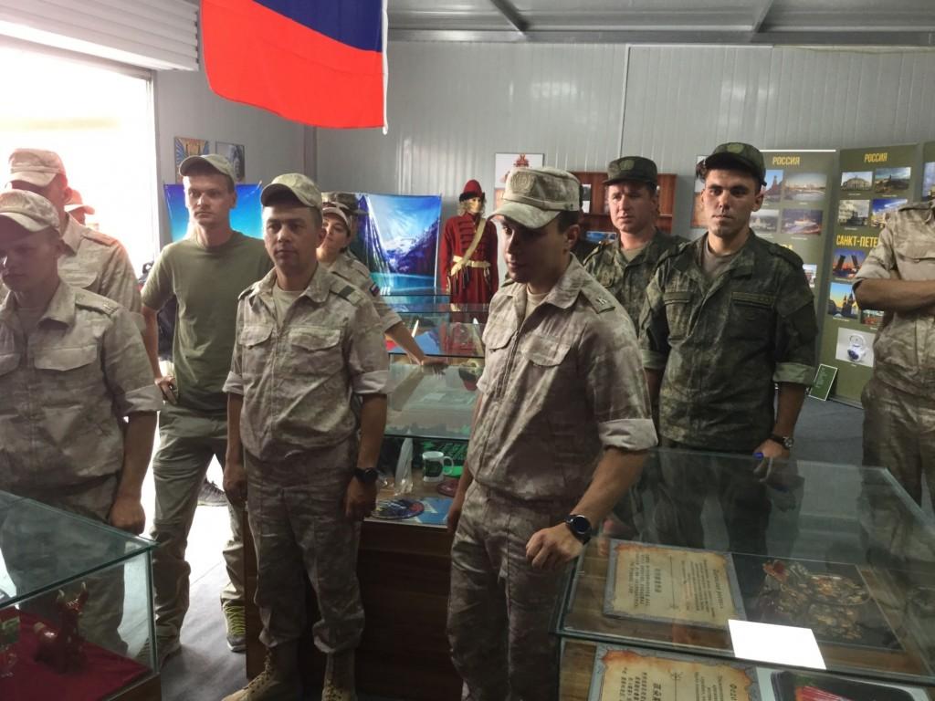 Российские участники Армейских международных игр осмтаривают экспозицию