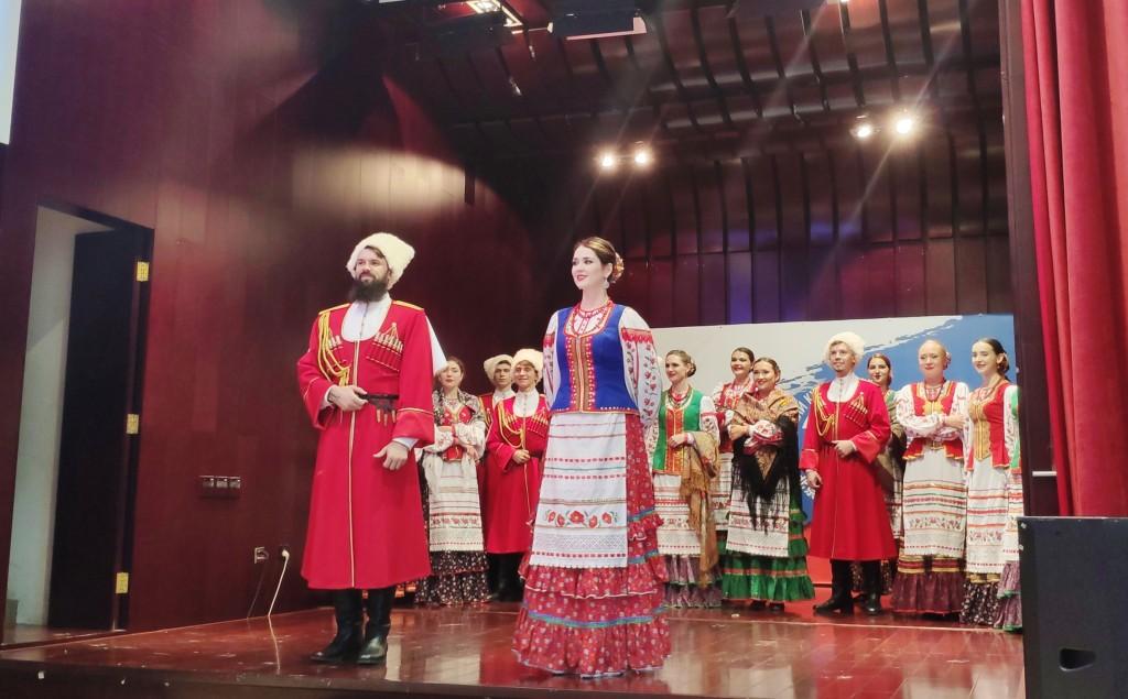 Ведущие знакомят публику Российского культурного центра с народными песнями