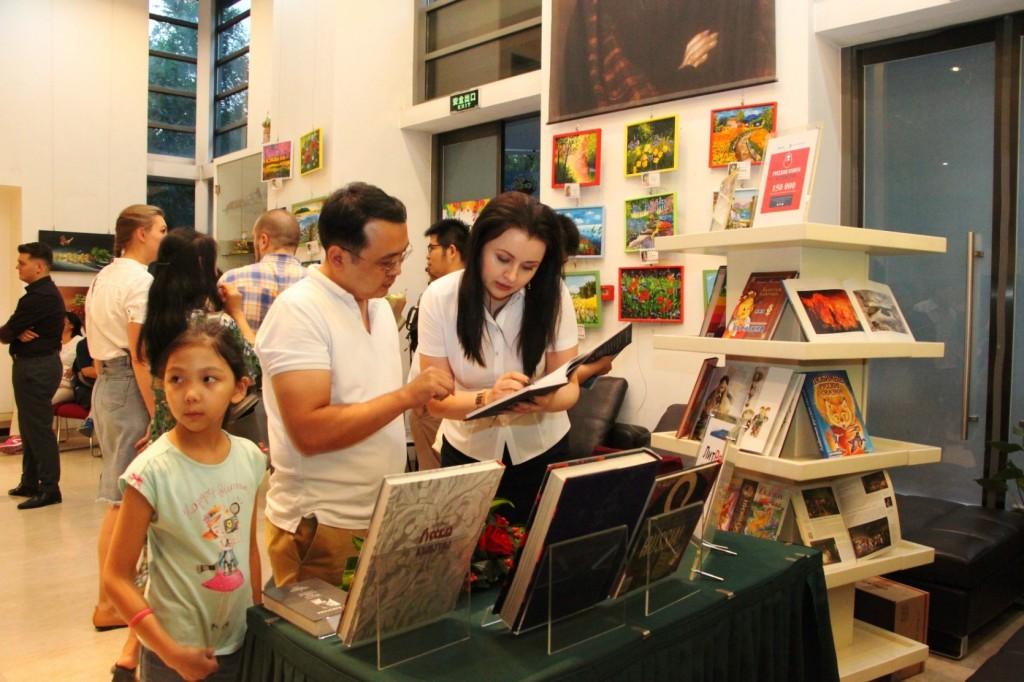 Запись новых читателей в библиотеку РКЦ в Пекине
