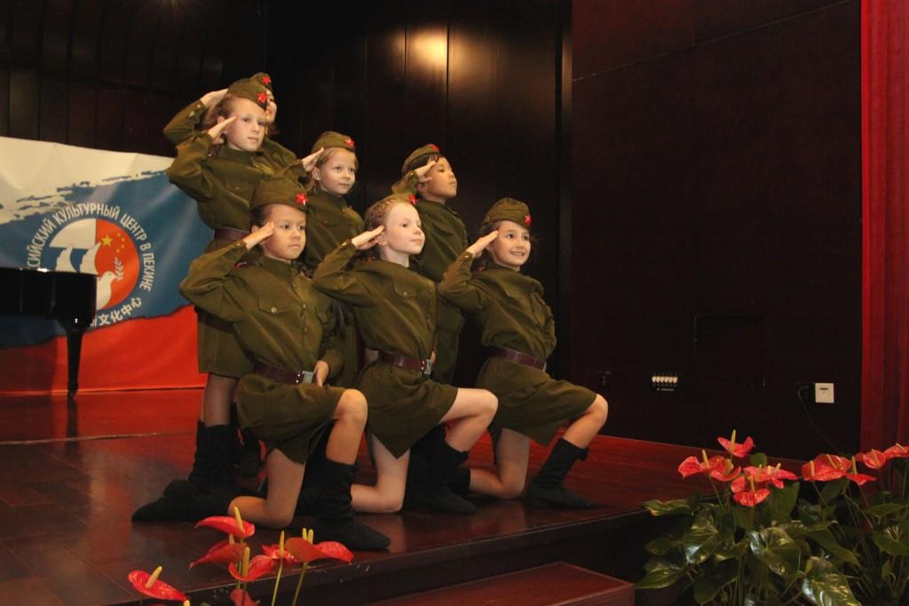 Выступление студии народного танца «Березка» с танцем «Катюша»