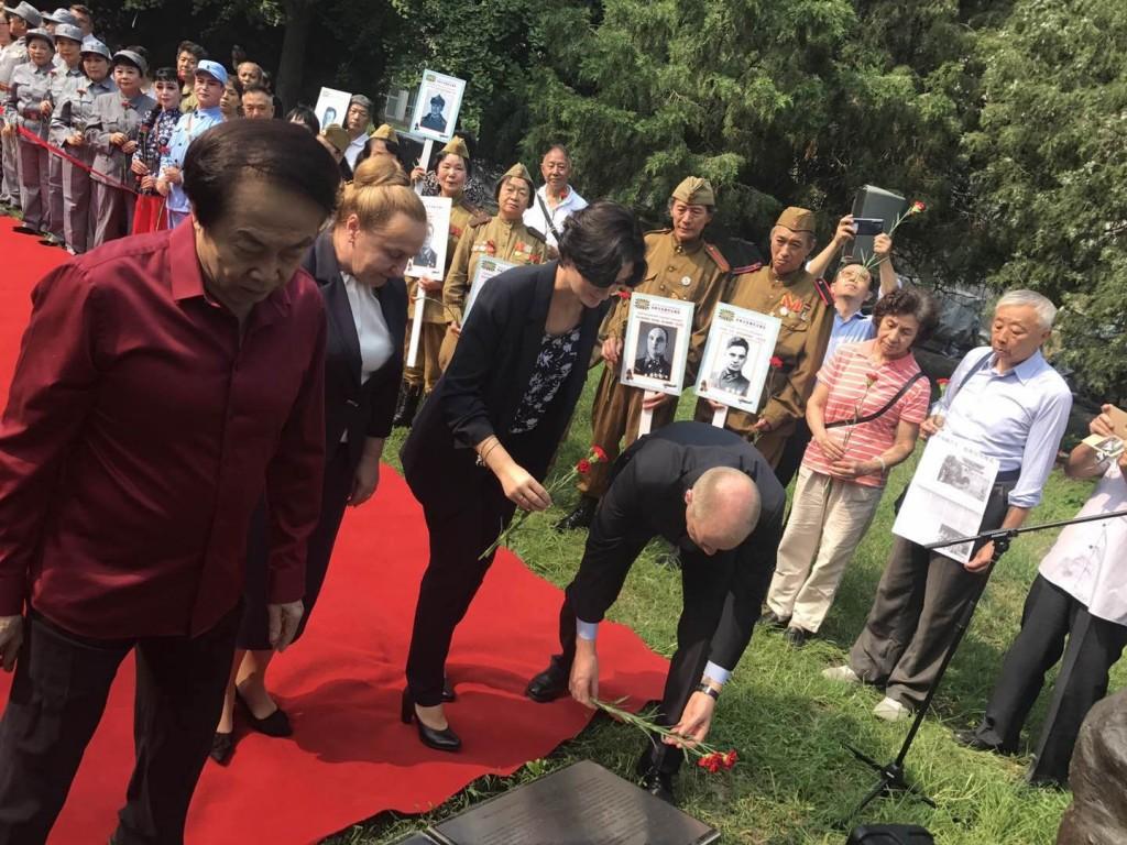 Во время церемонии возложения цветов к памятнику «Советский сокол»