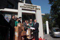 Декан факультета русского языка Шаньдунского университета приятно удивлена количеством переданных ей книг.