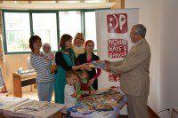 Директор Российского культурного центра Виктор Коннов передает книги в дар Русскому детскому образовательному центру в Шанхае