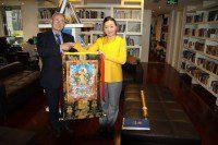 Директор РКЦ Виктор Коннов и представитель Русско-Китайского фонда развития культуры и образования со свитком