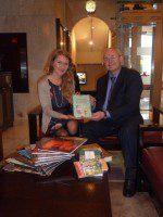 Директор РКЦ в Пекине Виктор Коннов передает литературу представителю Русского клуба в Гонконге