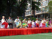 Выступление ансамбля на сцене пекинской школы