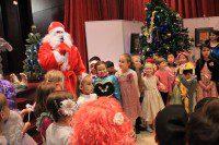 Дед Мороз вручает подарки детям
