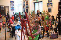 Юные художники получают урок мастерства