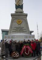 Участники торжественной церемонии у обелиска советским воинам   苏军烈士纪念碑隆重献花仪式的参与者
