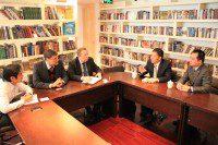 Участники встречи обсуждают планы взаимного сотрудничества. | 与会者商讨共同合作计划