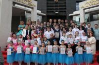Победители Фестиваля у Российского культурного центра 艺术节的获胜者们在北京俄罗斯文化中心门前