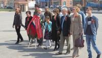 Участники торжественной церемонии у Монумента советским воинам в Люйшуне | 齐聚于旅顺苏军烈士纪念塔旁的盛大仪式参与者