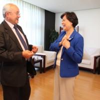 Руководитель Государственной канцелярии по распространению китайского языка за рубежом г-жа Сюй Линь и Виктор Коннов