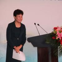 На трибуне вице-президент Пекинской федерации волонтеров г-жа Тэн Шэнпин