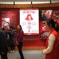 На плакате – один из первых китайских волонтеров Лэй Фэн