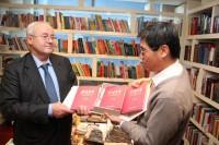 Ли Цзо вручает сборник китайской поэзии