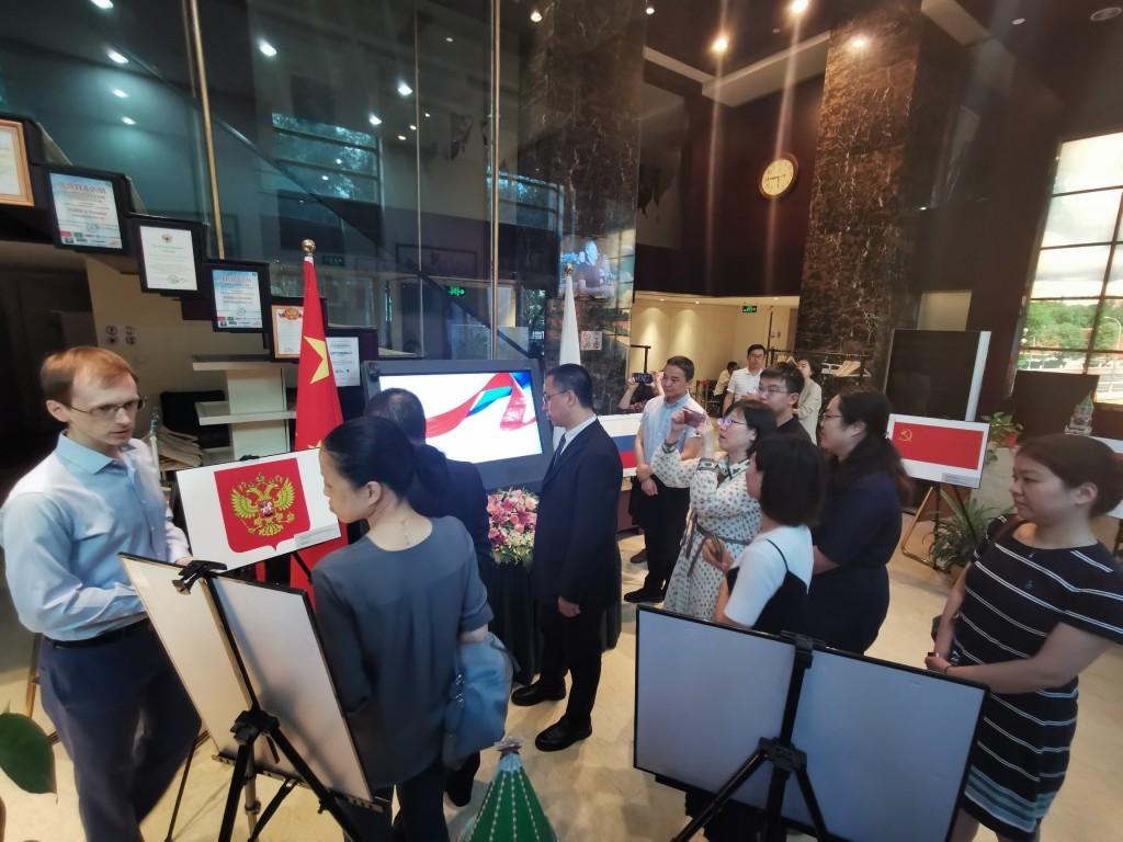 Посетители РКЦ в Пекине осматривают выставку и презентацию, посвященные истории Государственного флага России