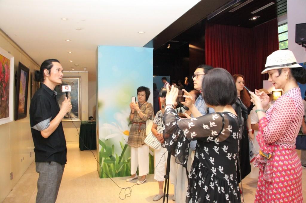 柯建东接受媒体采访 Кэ Цзяньдун дает интервью представителям СМИ