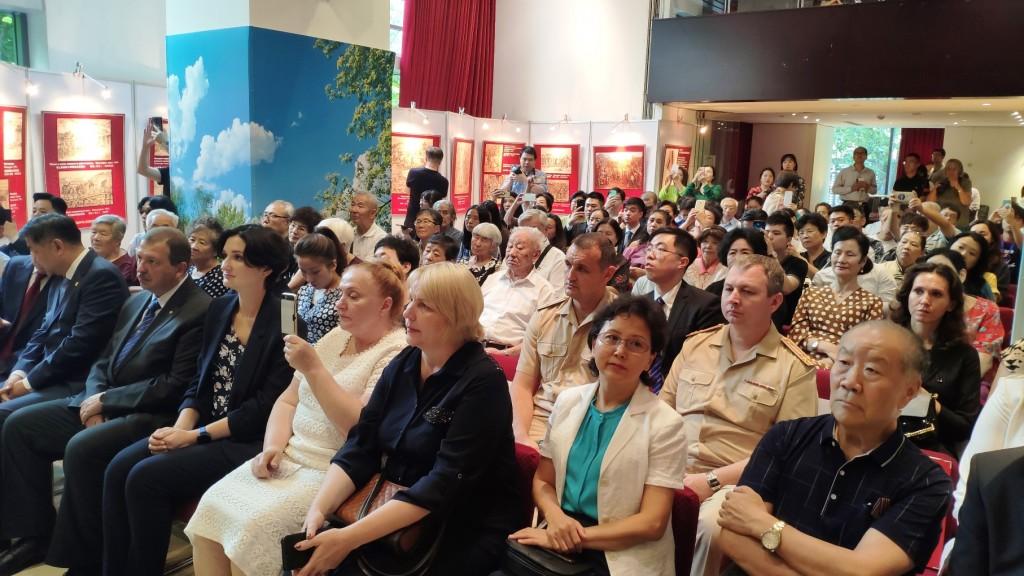 Участники торжественного собрания