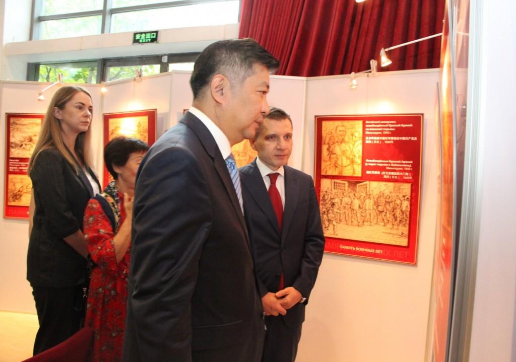 Посетители осматривают выставку «Память военных лет»
