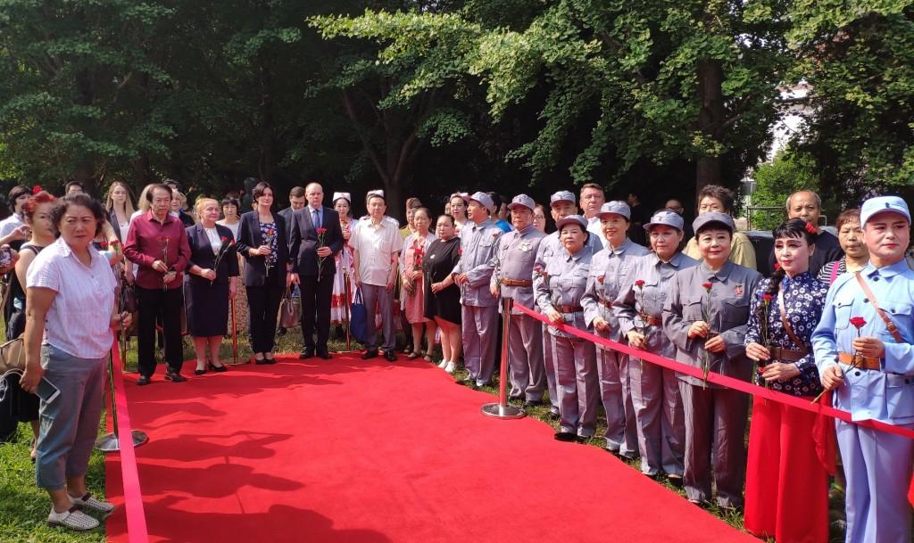 Участники церемонии возложения цветов к памятнику «Советский сокол»